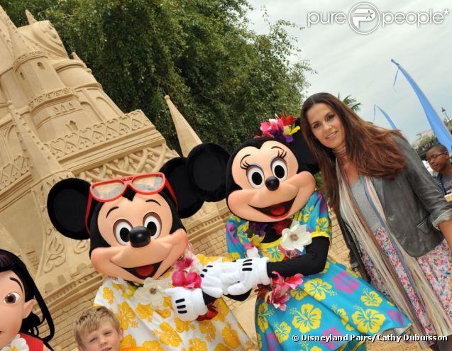 Elisa Tovati lors de l'inauguration du grand château de sable Disneyland Paris à Paris Plages le 23 juillet 2011