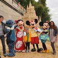 Irène Jacob, son fils, et Elisa Tovati lors de l'inauguration du grand château de sable Disneyland Paris à Paris Plages