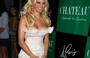 Pamela Anderson célèbre ses 44 ans en nuisette... au Château !