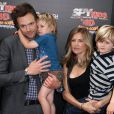 Joel McHale en famille lors de l'avant-première du film Spy Kids 4 : All the time in the world à Los Angeles le 31 juillet 2011