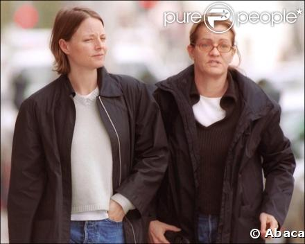 32083 jodie foster et sa compagne cydney 637x0 1 Jodie Foster's gay? never knew that.... she's beautiful though