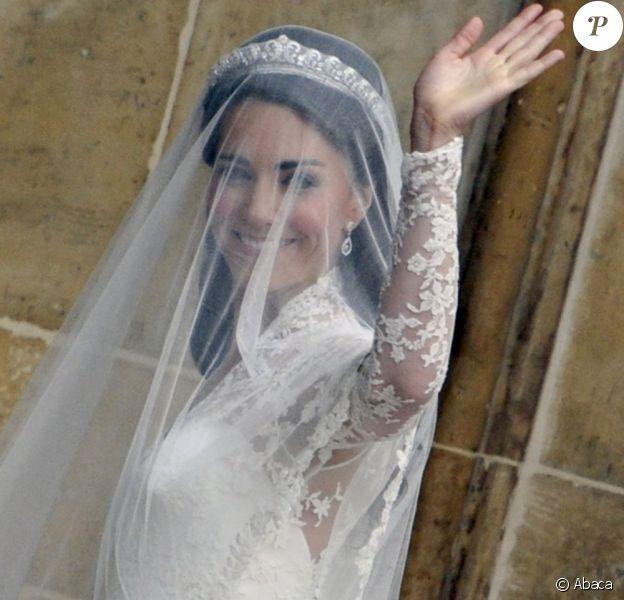 Kate Middleton dans sa robe Alexander McQueen ornée de dentelle Sophie Hallette. 29 avril 2011