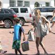 LeAnn Rimes avec les enfants de son époux, Eddie Cibrian, à Los Angeles, lundi 1er août 2011.