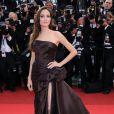 Angelina Jolie fait un sans faute avec cette sublime robe bustier et fendue. Elle a fait sensation lors du dernier Festival de Cannes, le 16 mai 2011