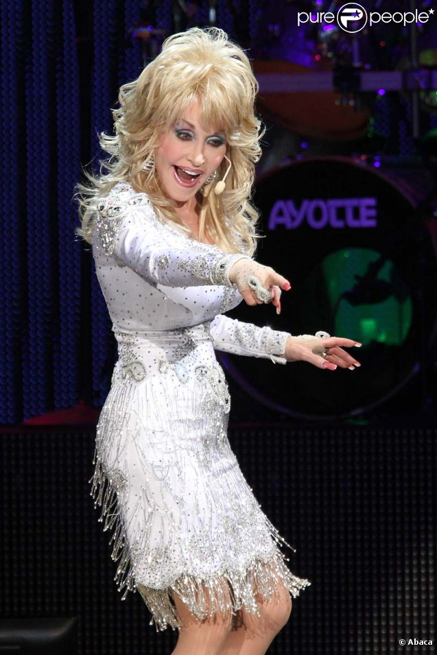 Dolly Parton - Page 3 673742-dolly-parton-sur-scene-better-day-637x0-2