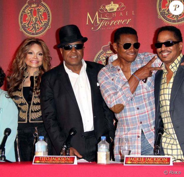 Katherine, Latoya, Tito, Jackie et Marlon Jackson à la conférence de presse pour annoncer le concert Michael Forever, à Beverly Hills, le 25 juillet 2011.