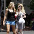 Emma Roberts sort du café Mauro de Fred Segal avec une amie à Los Angeles le 9 août 2011