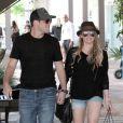 Hilary Duff arbore à merveille son mini-short en jean... Son boyfriend Mike Comrie semble d'ailleurs conquis ! Los Angeles, 13 août 2011