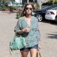 Nicky Hilton opte pour la simplicité avec ce mini-short en jean brut qu'elle assortit avec une blouse liberty. Los Angeles, 22 juillet 2011