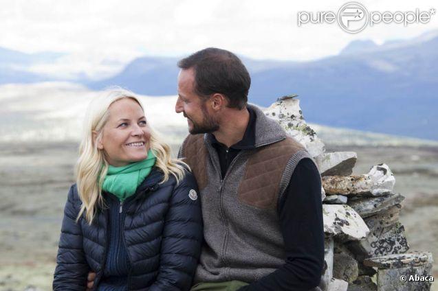 Le prince Haakon et la princesse Mette-Marit de Norvège en randonnée sur le mont Pika le 23 août 2011, dans le comté d'Hedmark.
