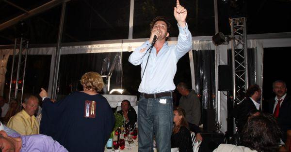 685979 edouard baer lors du diner et la vente 600x315 - Bernard montiel et sa compagne ...
