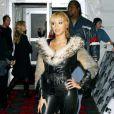 Beyoncé prouve ici de façon très douteuse son amour pour le cuir et la fourrure. Un mariage suspect qui ne la met pas du tout en valeur. Edimbourg, 7 novembre 2003