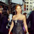 Beyoncé moule encore un peu trop sa plastique sulfureuse dans cette robe très dénudée. Los Angeles, 8 juin 2003