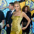 Beyoncé se laisse aller avec cette robe vert kaki à ruban... Pas convaincu ! Los Angeles, 2 juin 2003
