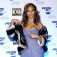 Nouveau carton rouge pour Beyoncé avec sa robe à traîne et son fourreau blanc et noir... Los Angeles, 26 janvier 2004