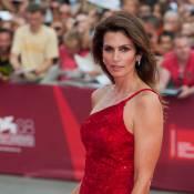 Cindy Crawford, sculpturale, soutient George Clooney pour la Mostra de Venise