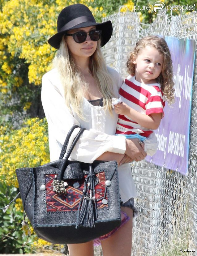 Nicole Richie se promène avec sa petite Harlow, trois ans, à Los Angeles, samedi 3 septembre 2011.