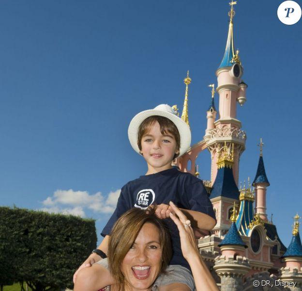 Mariska Hargitay et son fils August, à DisneyLand Paris