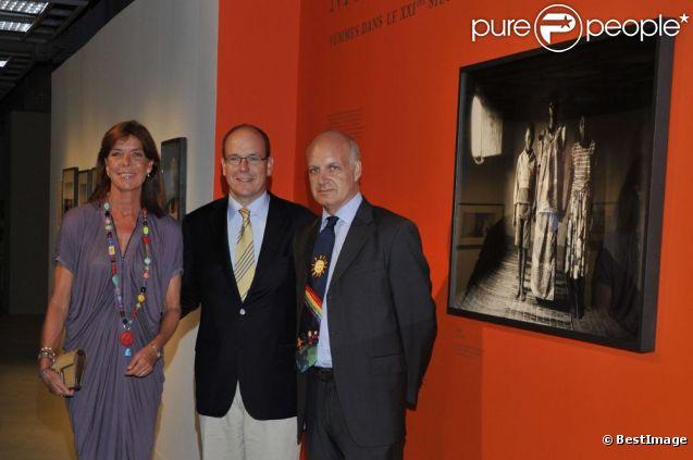 Albert de Monaco et sa soeur Caroline de Monaco découvrent l'exposition Guerre et Paix, Femmes dans le XXIème siècle, à Monaco. 6 septembre 2011