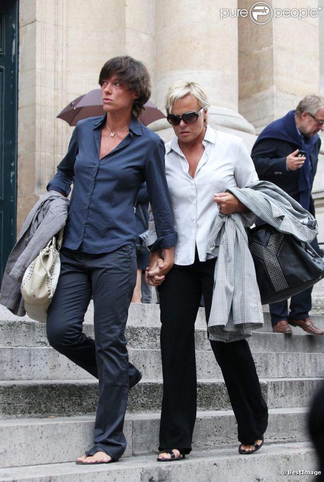 Muriel Robin et sa compagne Anne Le Nen lors de la messe en hommage à Tony Krantz, décédée la nuit du 6 ou 7 août. Eglise St Roch à Paris le 16 septembre 2011