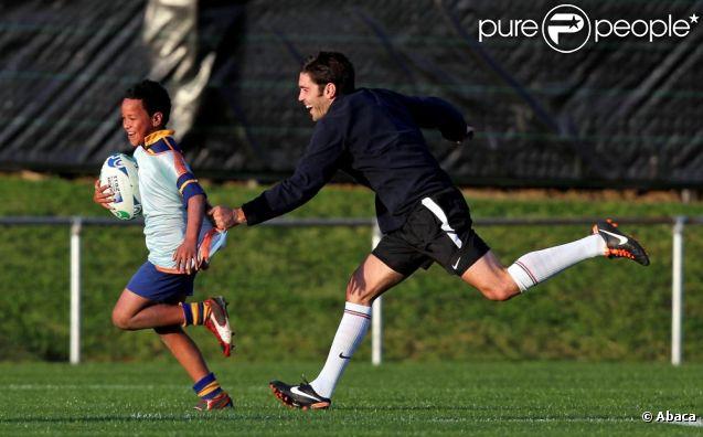 Dimitri Yachvili et L'équipe de France de rugby ont disputé un petit match contre de jeunes enfants néozélandais le 20 septembre 2011 au Takapuna Rugby Club en Nouvelle Zélande