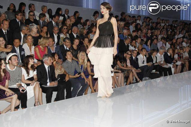 Miranda Kerr au défilé Dior à Paris le 30 septembre 2011 au Musée Rodin, a défilé sous les yeux d'Orlando Bloom conquis