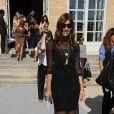 Carine Roitfeld tout vêtue de noir à son arrivée au défilé Dior.