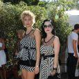 Pauine Lefèvre et Dita Von Teese ont bien rigolé de leur fashion faux pas au défilé Alexis Mabille à Paris le 2 octobre 2011. Qui a eu l'idée de leur prêter la même tenue ?