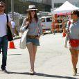 Adam Schulman, Anne Hathaway et Adam Schulman en balade à Beverly Hills le 2 octobre 2011