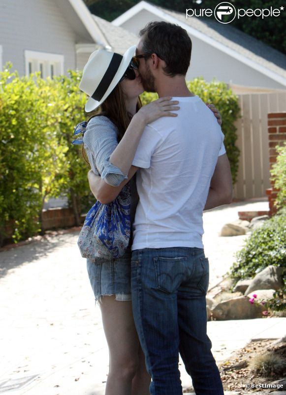 Anne Hathaway embrassant tendrement Adam Schulman en balade à Beverly Hills le 2 octobre 2011