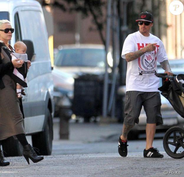 Pink et sa petite Willow, Carey Hart pousse la poussette à New York le 5 octobre 2011
