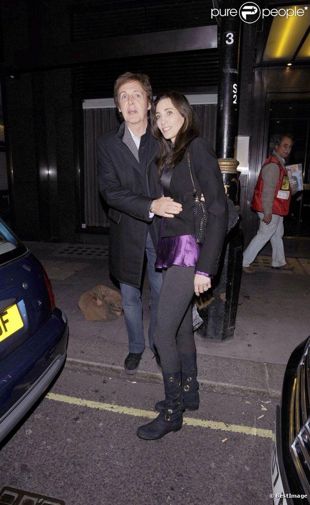 Paul McCartney et Nancy Shevell à la sortie du restaurant Cecconi's, dans Mayfair à Londres, le 7 octobre 2011, à 48 heures de leur mariage.