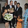 Albert et sa femme Charlene de Monaco rencontrent une jeune patiente lors de la conférence du Monaco Collectif Humanitaire, le mardi 11 octobre 2011.
