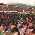 Entre 30 000 et 50 000 personnes étaient présentes, dimanche 16 octobre 2011, pour fêter le roi Jigme Khesar du Bhoutan et la reine Jetsun, qui ont vécu l'apothéose des célébrations de leur mariage au stade de Thimpu, après la cérémonie du 13 octobre à Punakha.