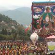 Entre 30 000 et 50 000 personnes étaient présentes, samedi 16 octobre 2011, pour fêter le roi Jigme Khesar du Bhoutan et la reine Jetsun, qui ont vécu l'apothéose des célébrations de leur mariage au stade de Thimpu, après la cérémonie du 13 octobre à Punakha.