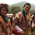 """"""" Etes-vous mariée ? Eh bien, vous devriez essayer ! """" : la réponse d'un roi-dragon comblé à une journaliste !   Dimanche 16 octobre 2011, le roi Jigme Khesar du Bhoutan et la reine Jetsun ont vécu l'apothéose des célébrations de leur mariage au stade de Thimpu, après la cérémonie du 13 octobre à Punakha."""