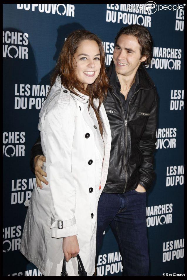 Anouchka Delon et son fiancé Julien à la projection des Marches du pouvoir, le 18 octobre 2011.