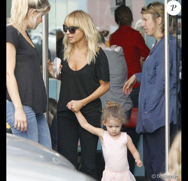 Nicole Richie dans son rôle le plus cher : celui de maman attentionnée qui va chercher Harlow à son cours de danse. Los Angeles le 19 octobre 2011