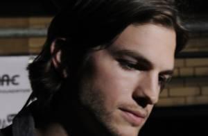 Ashton Kutcher bien entouré dans une chambre d'hôtel, une vidéo qui tombe mal