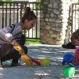 Jessica Alba est peut-être maman pour la seconde fois mais elle ne délaisse pas son aînée, Honor. Ici, au parc à Los Angeles, le 29 octobre 2011
