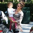 Jessica Alba s'occupe de son aînée Honor lors d'une balade en famille. Ici, au parc à Los Angeles, le 29 octobre 2011