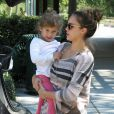 Jessica Alba est une maman sur tous les fronts ! Elle s'amuse comme une enfant à Los Angeles en famille, dans un parc de la ville. Le 29/1011