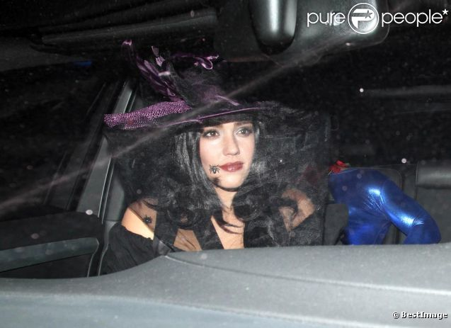 JESSICA ALBA ARRIVE A UNE FETE D'HALLOWEEN DEGUISEE EN SORCIERE le 29 octobre 2011