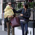 Miranda Kerr porte le bébé d'une amie pour faire diversion, à New York, le 5 novembre 2011