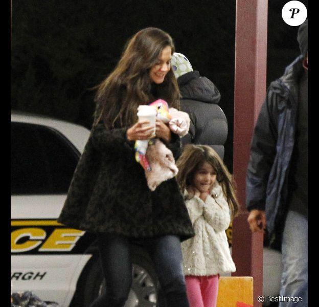 Katie Holmes et sa fille Suri bravent le froid sur le tournage du prochain film de Tom Cruise, One Shot, à Pittsburgh, le 30 octobre 2011