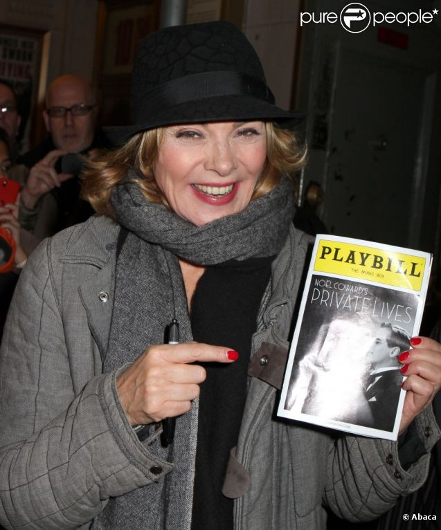 Kim Cattrall, à NY, sort de la représentation de la pièce Private Lives, dont elle est l'héroïne avec Paul Gross. 6 novembre 2011