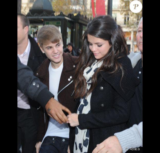 Justin Bieber et Selena Gomez se rendent au magasin Louis Vuitton, à Paris, le mercredi 9 novembre 2011.
