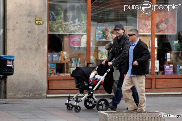 Javier Bardem en papa poule à Sarajevo le 8 novembre 2011, maman Penelope travaille !