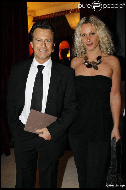 Vincent Perrot et une amie lors du dîner des stars au Fouquet's à Paris, organisé par le Dr Pierre Huth, au profit du dépistage du cancer à l'Institut Fournier le 14 novembre 2011