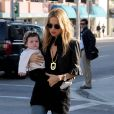 Avec son jean bootcut et ses lunettes seventies, Rachel Zoe fait sensation niveau look. Son fils Skyler, armé de ses beaux mocassins, fait figure de mini-icône de style, lors d'une  promenade dans les rues de Beverly Hills avec sa maman. Le 16 novembre 2011.